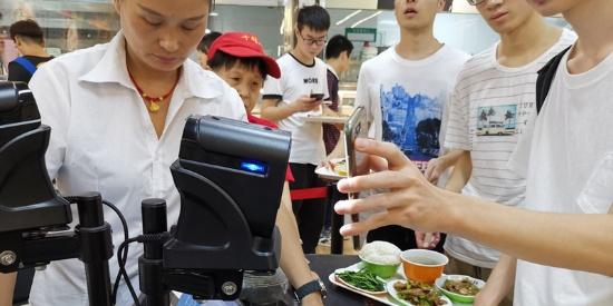 """武汉一高校现""""黑科技""""食堂:餐盘植入芯片能瞬间结账"""