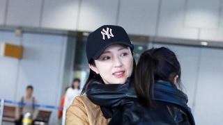 董璇带女儿现身机场 母女互动超温馨