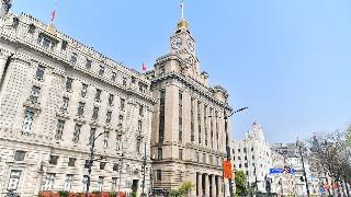 上海外滩建筑群降半旗 哀悼牺牲烈士和逝世
