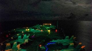 深夜不休:美军航母高难夜间起降训练