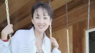 48岁牛莉穿白衬衫荡秋千 玩下衣失踪秀美腿