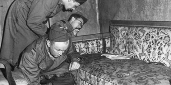希特勒死后的照片,地板占满血迹