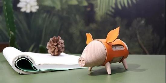 你一定没有见过这么萌的万年历!竟是一只有喜怒哀乐的猪!