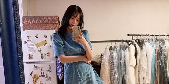 崔雪莉私服:蓝色短款连衣裙,展示修长美腿,自拍角度清奇!