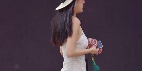 街拍:蕾丝镂空的连衣裙,是不是有种透视的错觉啊