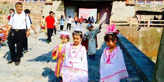 穿汉服 行汉礼 玩穿越 春天踏青来焦作影视城感受千年秦汉文化