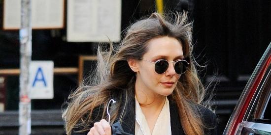 欧美街拍:奥妹全黑套装,酷帅穿搭耐不住风儿喧嚣,头发凌乱!