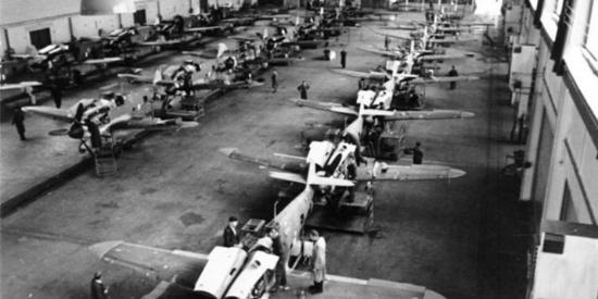 二战美国飞机生产车间老照片,证明当时美军的强大