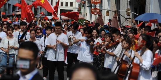 海口骑楼老街上演快闪 歌唱祖国 展现海南本土文化元素