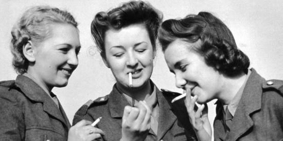 二战时各国的女兵老照片,图三为三个女兵凑在一起吸烟