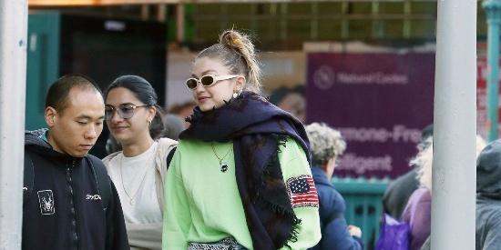 超模街拍:Gigi私服出街,无视季节,荧光绿卫衣搭配围巾