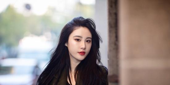 女星刘丁菡随性街拍
