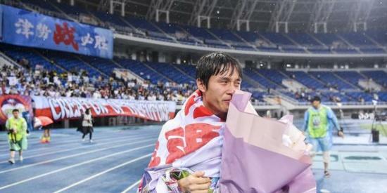 中超第16轮比赛结束以后,广州恒大球员张修维感谢天津球迷