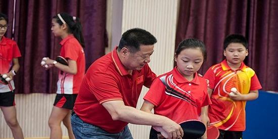 安徽合肥:世界冠军郭跃华教我打乒乓球