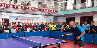 安徽合肥:世界冠军陈龙灿指导合肥和平东校小队员打乒乓球