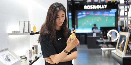 中国女足球员赵丽娜晒出近日的生活照,她是中国女足美女门将