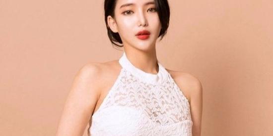衣决飘飘显得恬静性感,高颜值的小清新,白色衬衫显得就是美