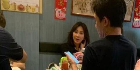 57岁梁朝伟近照曝光,专程回香港陪老婆过结婚纪念日