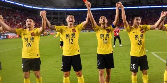 广州恒大淘汰鹿岛鹿角晋级亚冠四强,赛后恒大球员与球迷一起庆祝