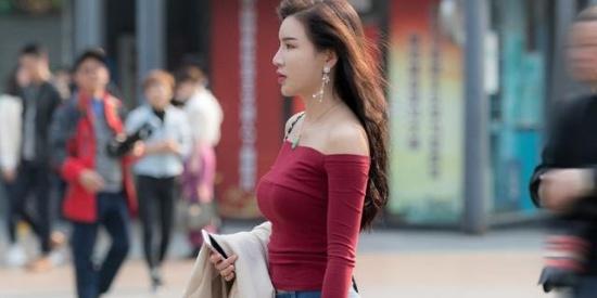 牛仔裤搭配一件时尚T恤,是春夏街头最性感的组合之一了