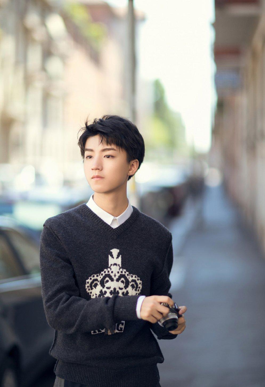 帅气爆棚的时尚小鲜肉王俊凯街拍写真
