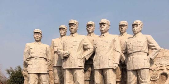 大姐想让孩子站到伟人雕像上面拍照,孩子说这是不礼貌的