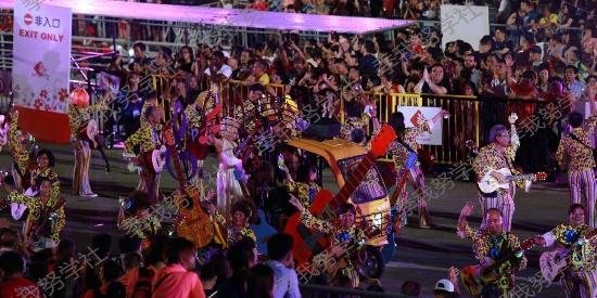 新加坡滨海湾妆艺游行组图:载歌载舞,情动狮城