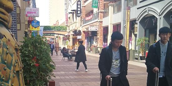 """苏州一饭店门前山寨兵马俑""""兼职""""迎宾员吸睛揽客"""